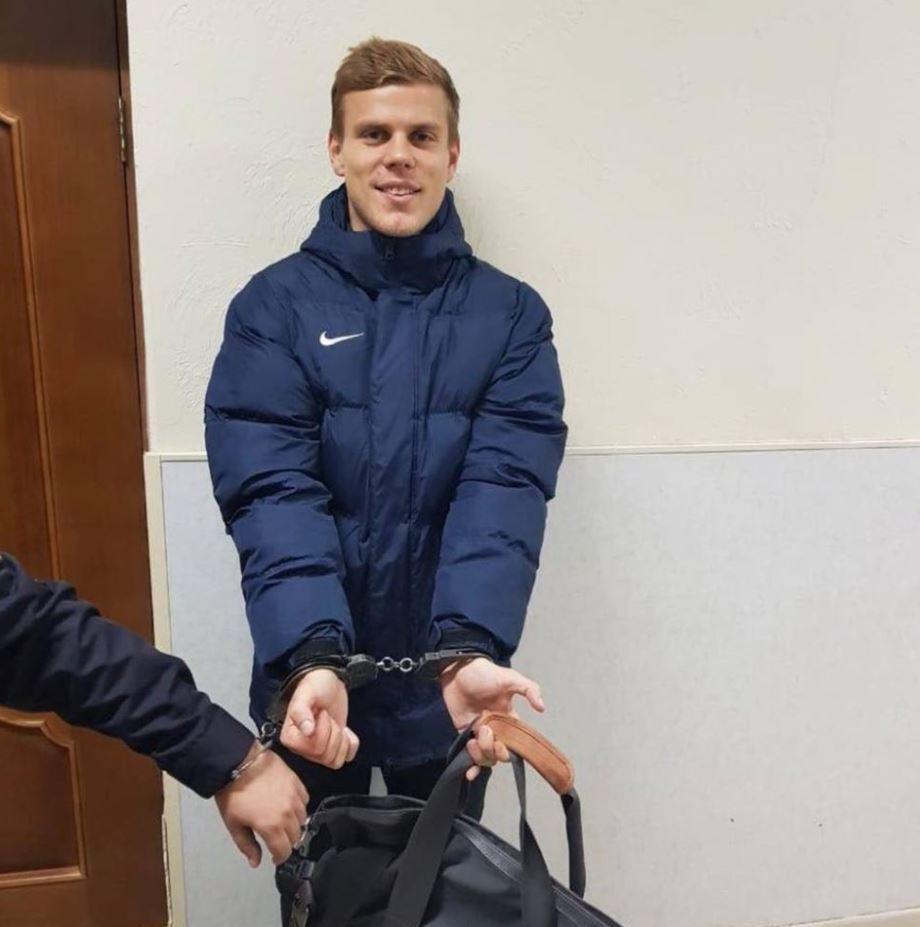 Александр Кокорин в наручниках
