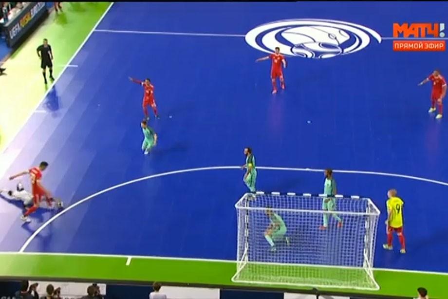 Тот самый момент. Вся сборная России видит игру рукой за штрафной площадкой, а арбитр, выбравший отличную позицию — нет