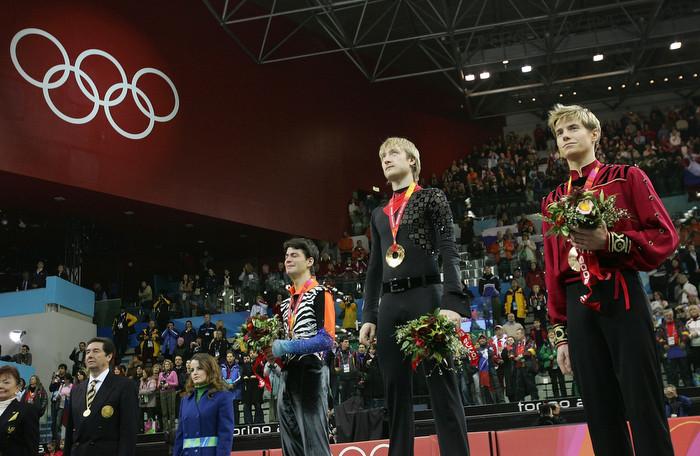 Евгений Плющенко на награждении на Олимпиаде в Турине