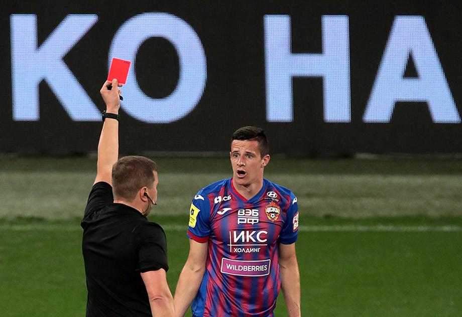 Кристиян Бистрович получает красную карточку