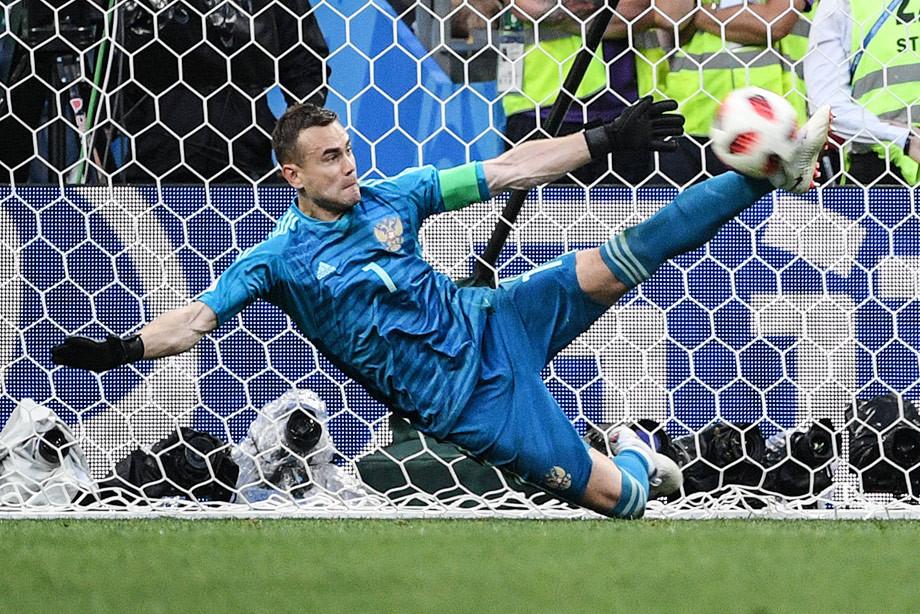 Игорь Акинфеев парирует пенальти в матче Россия – Испания на ЧМ-2018