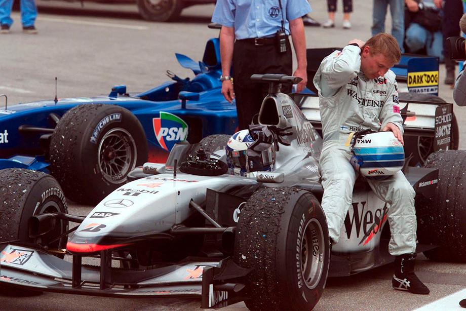 Обгоны, драмы и минимальные разрывы. 12 самых крутых финишей в истории Формулы-1
