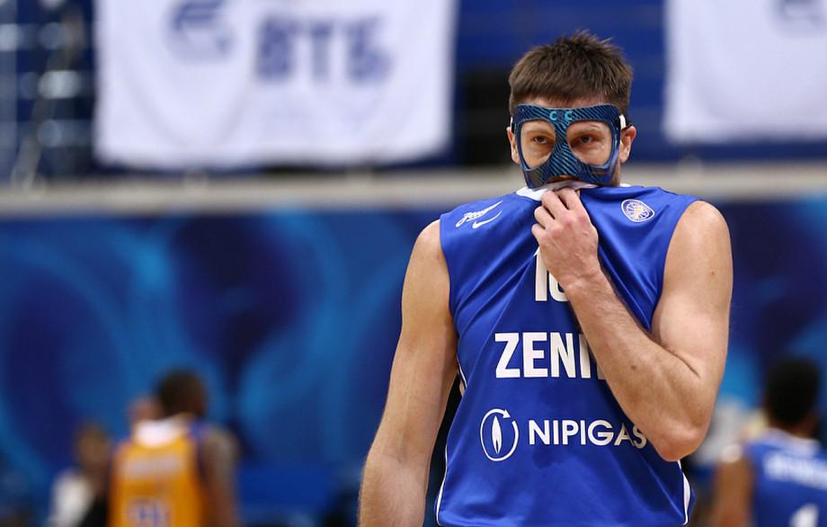 Дело в маске. Кто и зачем носит их во время матчей?