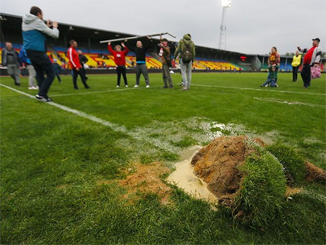 Из-за выбежавших болельщиков на поле «Арсенала» вылилось до 6 тонн тосола