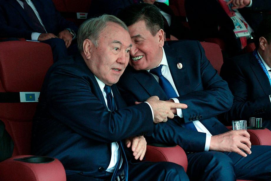Президент Казахстана Нурсултан Назарбаев (слева) и президент Киргизии Сооронбай Жээнбеков на церемонии открытия ЧМ-2018