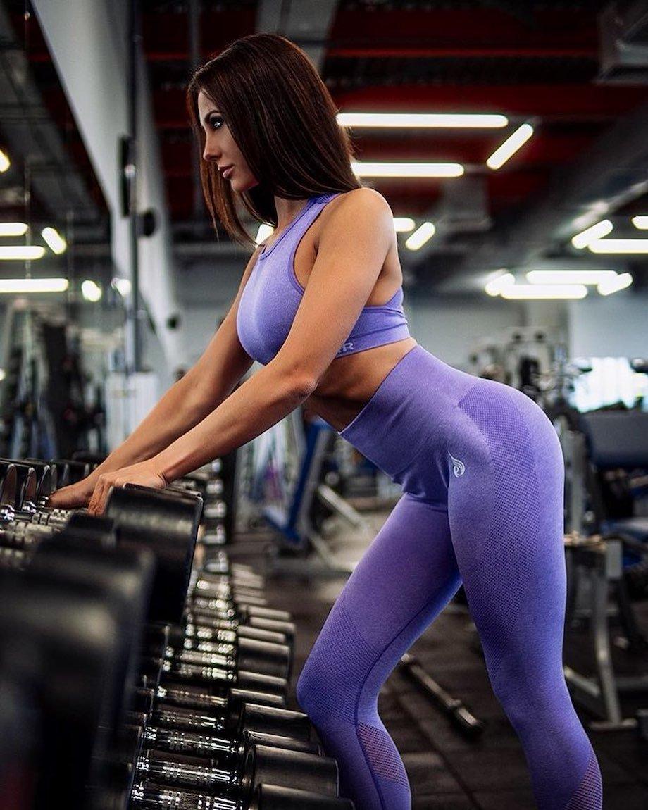 Круговая тренировка для дома: комплекс упражнений для женщин с эспандерами от фитнес-модели