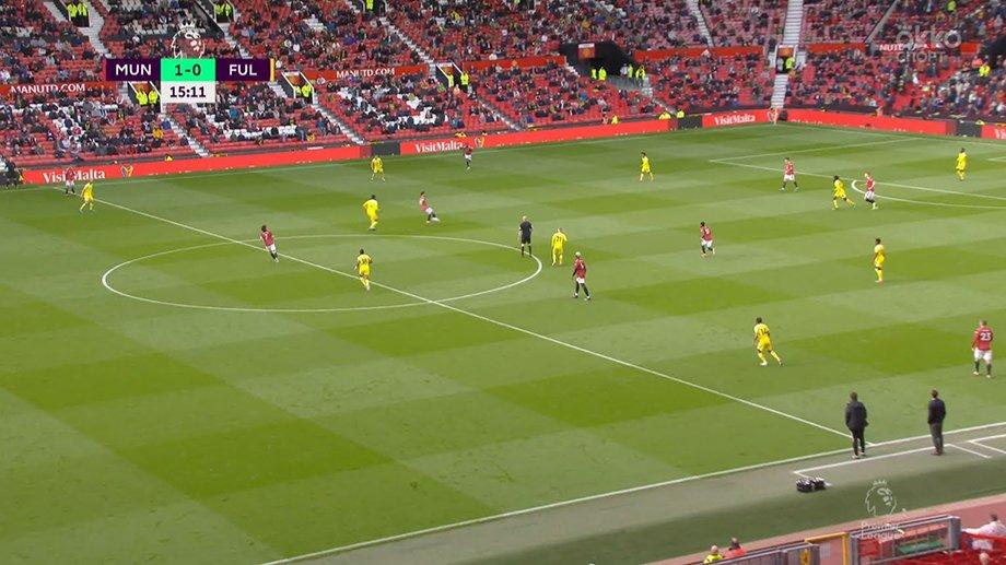Закинул мяч вратарю за шиворот с 40 метров! Но забил ли Кавани эффектный гол по правилам?