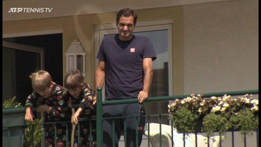 Роджер Федерер с сыновьями с балкона наблюдал за матчами в Галле