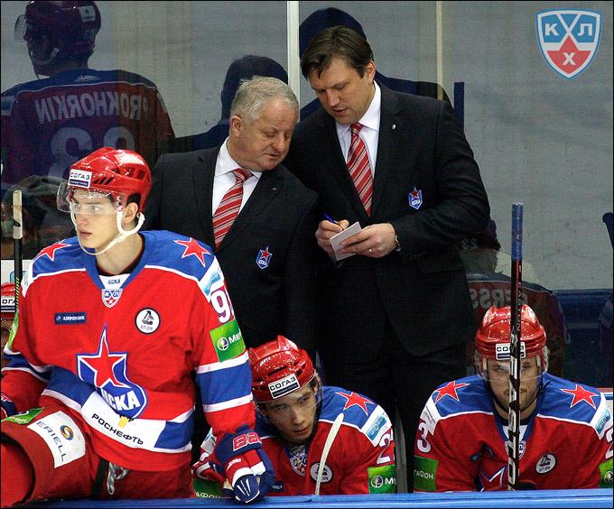 Главный тренер ЦСКА Юлиус Шуплер со своим помощником Вячеславом Буцаевым