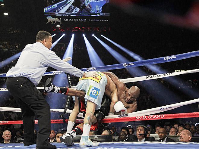 На кону в поединке стояли два мировых титула в полусреднем весе – WBC, который принадлежит Мейвезеру, и WBA, удерживавшийся Майданой
