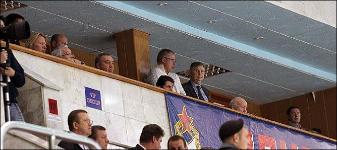 Вячеслав Фетисов и Виктор Тихонов наблюдают за игрой своей команды