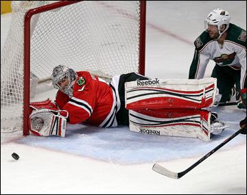 """9 мая 2013 года. Чикаго. Плей-офф НХЛ. 1/8 финала. Матч № 5. """"Чикаго"""" — """"Миннесота"""" — 5:1. Кори Кроуфорд отражает атаку """"дикарей"""""""