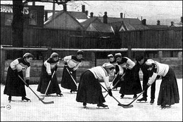 Женский хоккей культивируется в Канаде с конца XIX века. На фото: городская команда Торонто, 1905 год