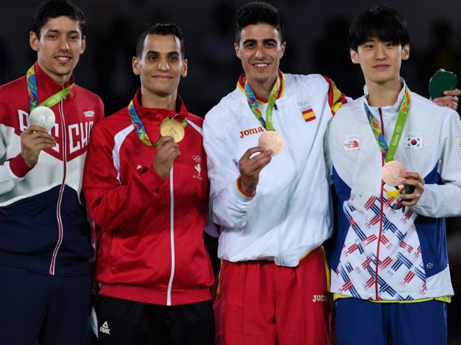 Алексей Денисенко на олимпийском пьедестале