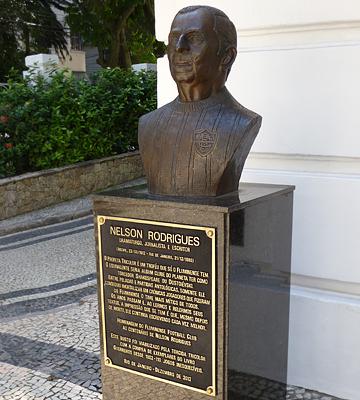 """Бюст литератора Нельсона Родригеса, являвшегося страстным поклонником """"трехцветных"""""""