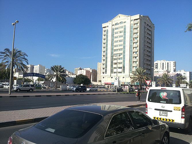 Типичная картина для Дубая: машины и небоскрёб
