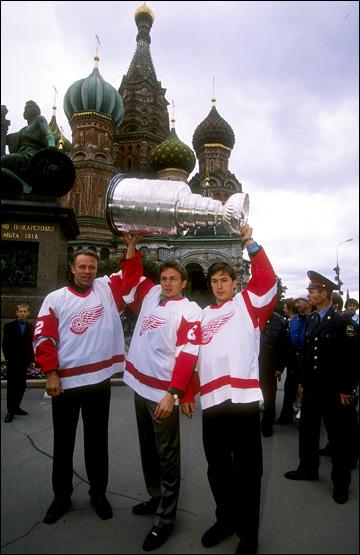 Вячеслав Фетисов, Игорь Лариаонов и Вячеслав Козлов с Кубком Стэнли на Красной площади, 1997 год