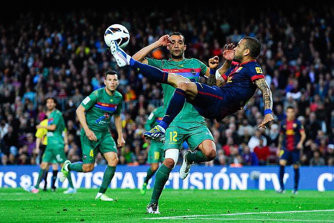 """""""Барселона"""" — """"Леванте"""" — 1:0. Попытка пробить через себя Дани Алвеса"""