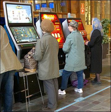 Страсть к игровым автоматам заразила и пенсионеров