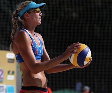 До прихода в пляжный волейбол Келли Шумахер профессионально играла в баскетбол