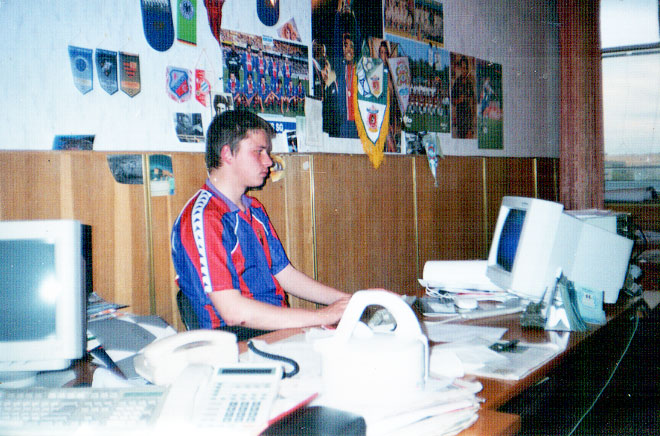 Олег Лысенко за работой в редакции «Команды» в 1999 году