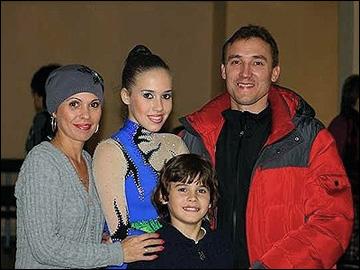 Максим Комиссаров с семьей