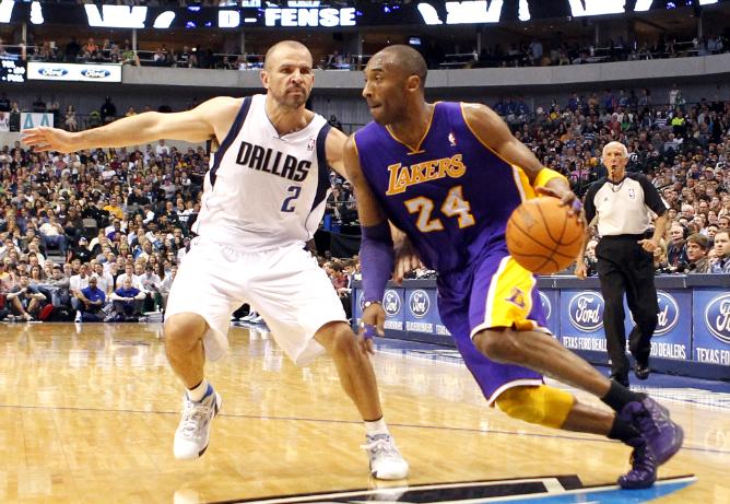"""Защитник """"Лейкерс"""" Коби Брайант уходит от разыгрывающего """"Далласа"""" Джейсона Кидда в матче регулярного матча НБА в American Airlines Center."""