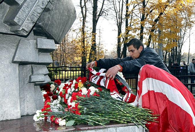 """Болельщики """"Спартака"""" чтут память жертв трагедии"""