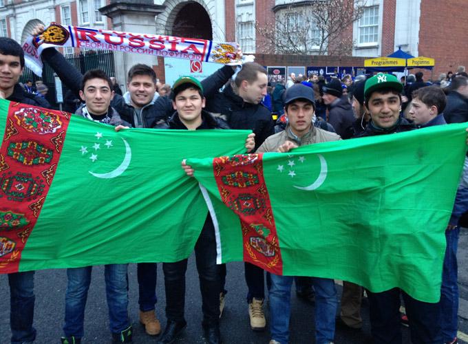 """На матч """"Челси"""" — """"Рубин"""" прилетели несколько туркменских любителей футбола."""