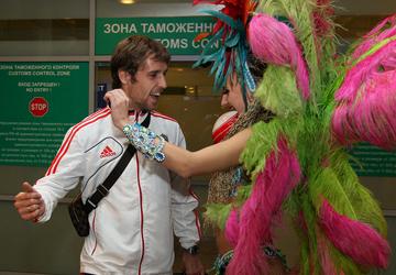 Спартаковец Дмитрий Комбаров – едва ли не единственный – решил подыграть девчонкам. И даже изобразил подобие танца