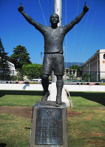 Памятник Ромарио при ближайшем рассмотрении оказался мало похожим на оригинал