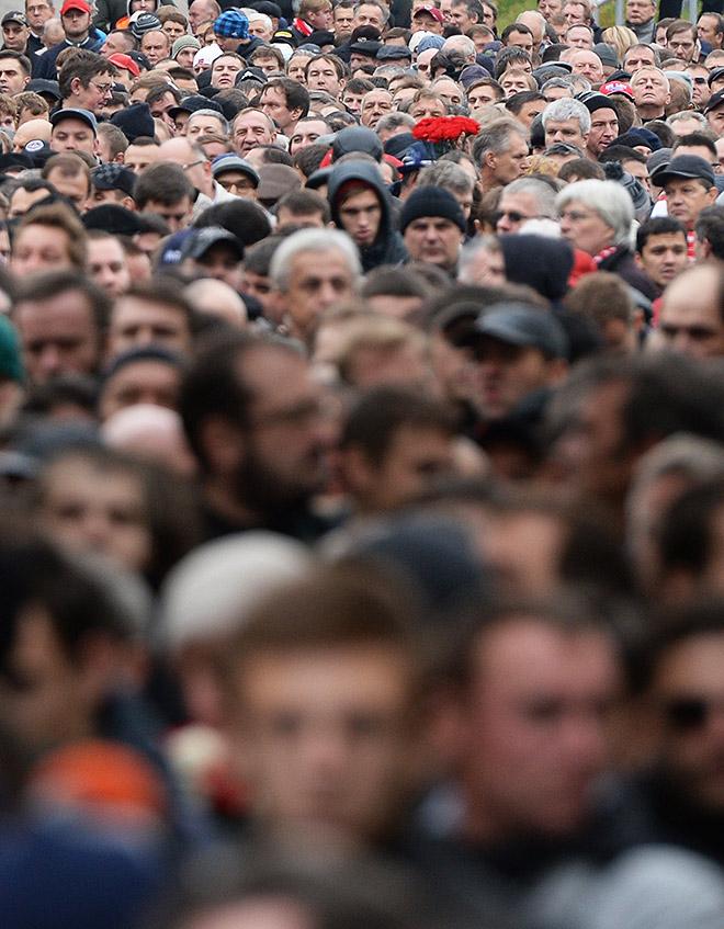 На выходе из станции метро «Сокольники» — огромная толпа людей