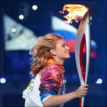 Мария Шарапова несёт Олимпийский огонь