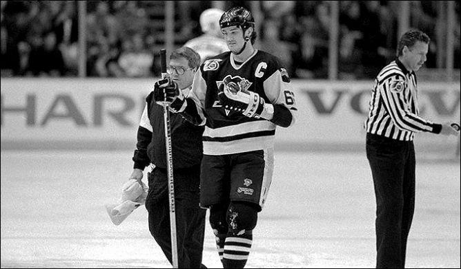 Фрагменты сезона. 5 мая 1992 года. Нью-Йорк. Плей-офф Кубка Стэнли. Марио Лемье покидает лед со сломанной рукой.