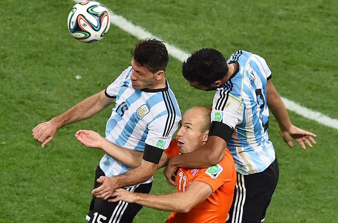 Арьен Роббен в борьбе с аргентинскими защитниками