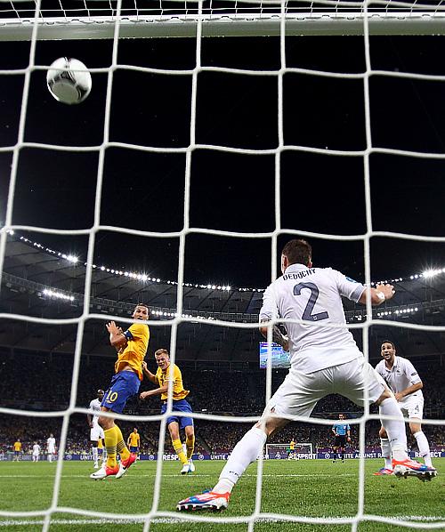 Себастьян Ларссон забивает второй гол в ворота французов