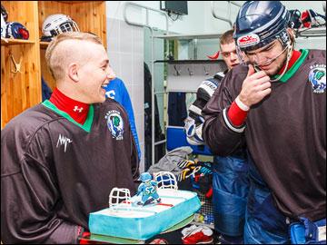 Партнёры по команде поздравляют Александра Петрова с 20-летием
