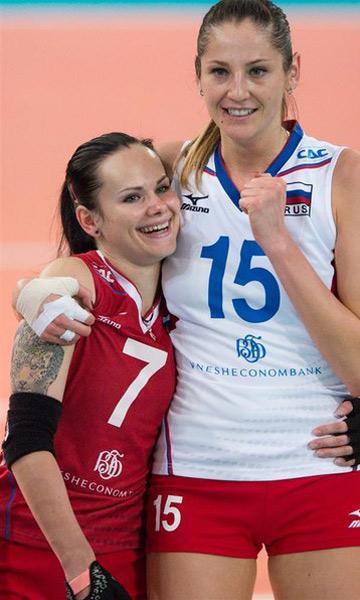 Татьяна Кошелева и либеро Светлана Крючкова празднуют победу над турчанками