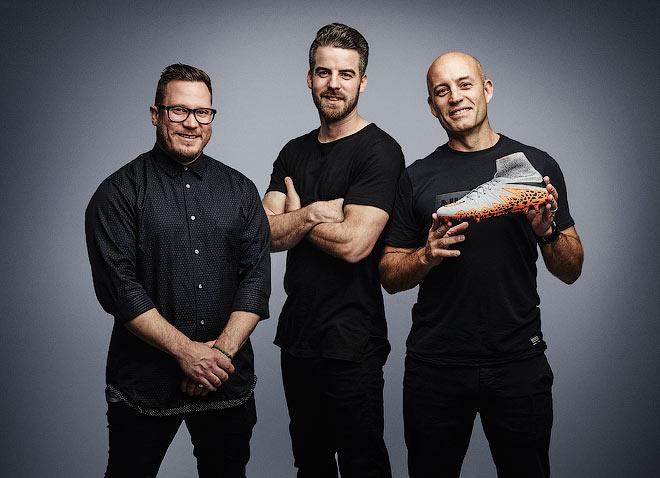 Команда дизайнеров Nike (Натан ван Хук, Фил Вудмэн и Макс Блау) и их новое творение — бутсы Hypervenom II