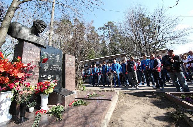 Сборная России по хоккею посетила могилу Валерия Харламова