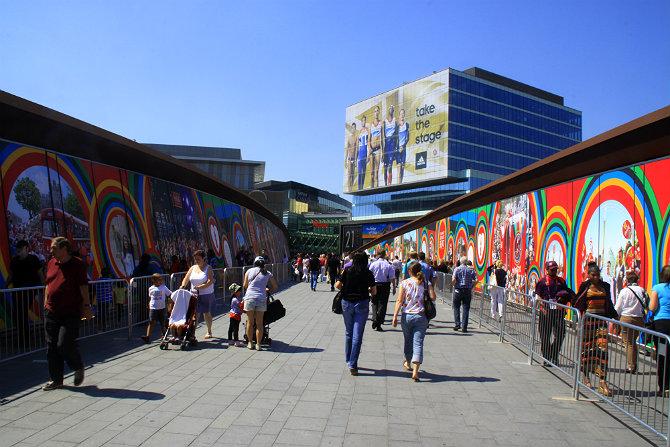 "Мост к Олимпийскому парку на станции ""Стрэтфорд"""