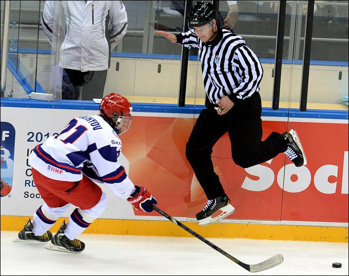 Владимир Ткачев идет в атаку на ворота сборной США