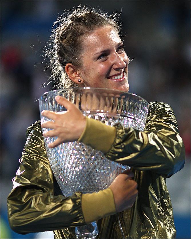 Виктория Азаренко в обнимку с новым трофеем.