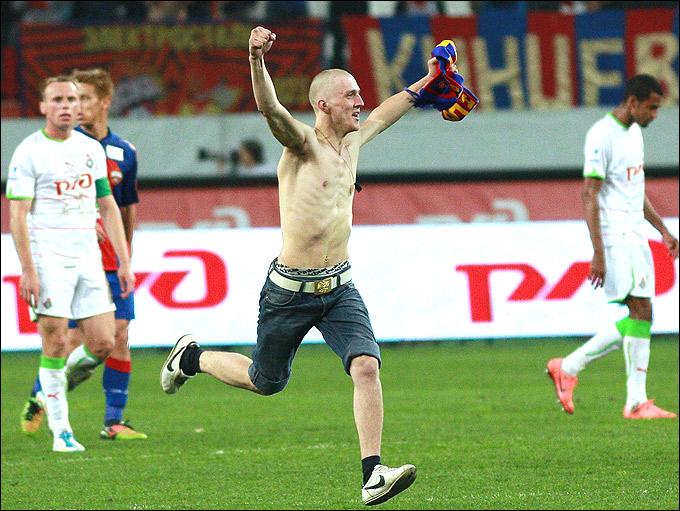 Фанат ЦСКА выбежал на поле…