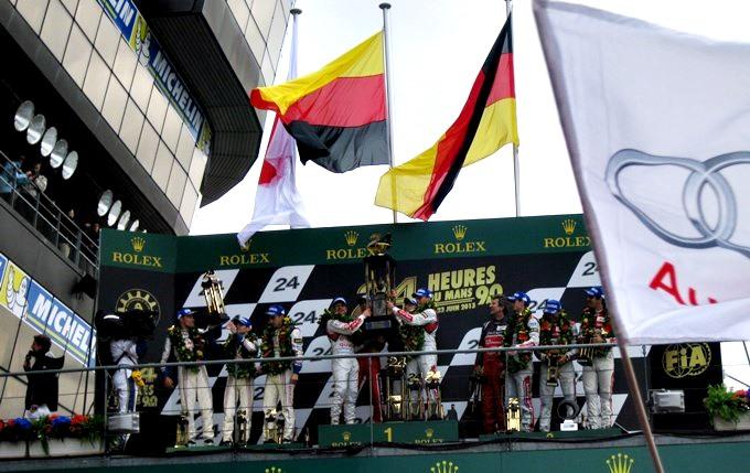 Обратите внимание на два немецких флага на подиуме