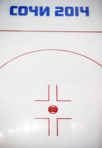 Применение современных пластмасс в качестве поверхности, заменяющей лёд и используемой для катания на коньках, было опробовано в 1960-е годы