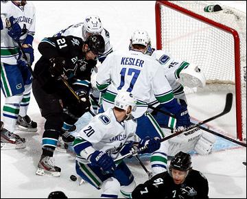 """5 мая 2013 года. Сан-Хосе. Плей-офф НХЛ. 1/8 финала. Матч № 3. """"Сан-Хосе"""" — """"Ванкувер"""" — 5:2. Ти Джей Гальярди атакует ворота гостей"""