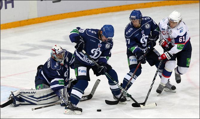 Динамовские ворота атакует Максим Афиногенов (№ 61)