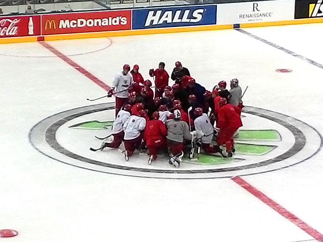 Перед финалом. Хоккеисты собрались вокруг Олега Знарка
