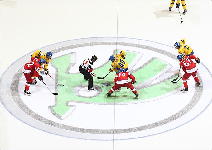 Логотип ŠKODA на льду во время хоккейного матча
